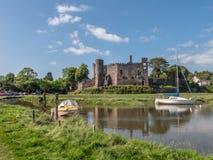 Den slottLaugharne Taf breda flodmynningen Wales Royaltyfria Foton