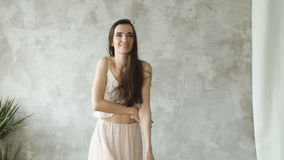 Den Slowmotion härliga sexiga flickan poserar in i kameran som ler och dansar lager videofilmer