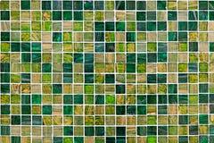 Den små gröna mosaiken belägger med tegel Arkivbilder