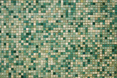 Den små gröna mosaiken belägger med tegel Royaltyfri Foto