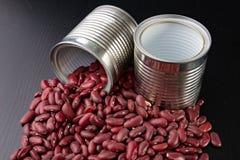 Den smakliga bönan i en metall kan på en trätabell Produkter för att förbereda mål fotografering för bildbyråer