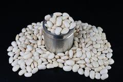 Den smakliga bönan i en metall kan på en trätabell Produkter för att förbereda mål royaltyfria foton