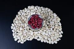 Den smakliga bönan i en metall kan på en trätabell Produkter för att förbereda mål arkivfoton