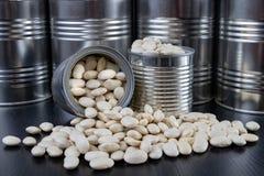 Den smakliga bönan i en metall kan på en trätabell Produkter för att förbereda mål royaltyfri fotografi