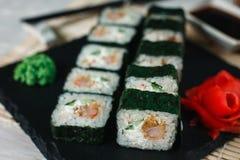 Den smakliga sushimakien tjänade som på svart kritiserar, stänger sig upp Fotografering för Bildbyråer