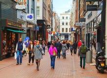 Den smala gatan av Amsterdam trängde ihop med turister Royaltyfri Foto