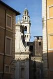 Den smala gatan av Rome och vit kyrktar med klockor Fotografering för Bildbyråer