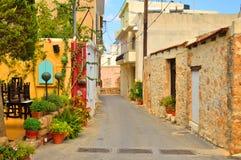 Den smala gatan i den gamla delen av Malia Arkivfoton