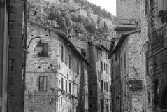 Den smala gatan i den Gubbio staden stängde sig till Assisi arkivfoto