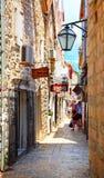 Den smala gatan med litet shoppar i Budva Royaltyfri Fotografi