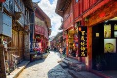 Den smala gatan med souvenir shoppar i den gamla staden av Lijiang Arkivbilder