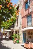 Den smala gatan med souvenir shoppar i den gamla staden av Chania Arkivfoton