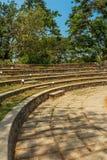 Den smala sikten av runda konkreta moment i gör grön trädgården, Chennai, Indien, April 01 2017 Arkivbilder