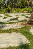 Den smala sikten av runda konkreta moment i gör grön trädgården, Chennai, Indien, April 01 2017 Royaltyfri Fotografi
