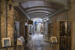 Den smala stadsgatan av shoppar och konstgallerier i Tzfat Arkivbild