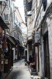 Den smala tomma gatan på zanzibar, den lilla lokalen shoppar Royaltyfri Bild