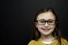 Den smart ung flicka stod infront av en blackboard Arkivbilder