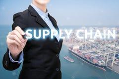 Den smarta affärskvinnan skriver distributionskedjabegrepp royaltyfri fotografi