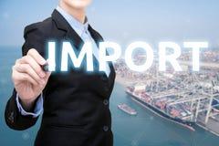 Den smarta affärskvinnan skriver importbegrepp royaltyfria bilder