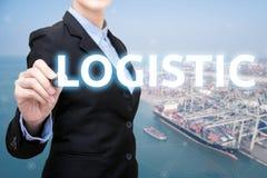 Den smarta affärskvinnan skriver logistiskt begrepp arkivfoton