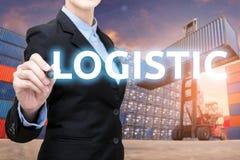 Den smarta affärskvinnan skriver logistiskt ord arkivbild