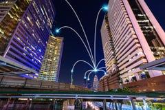Den smarta stads- och internetlinjen i blått tonar, den trådlösa communicatioen Royaltyfri Fotografi