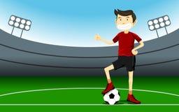 Den smarta stiliga fotbollsspelaremannen bär en röd dräkt som ler och, ger upp en tumme Arkivbilder