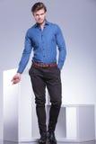 Den smarta tillfälliga klädda mannen i ett mode poserar royaltyfri fotografi