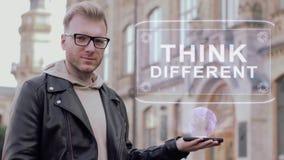 Den smarta unga mannen med exponeringsglas visar att ett begreppsmässigt hologram tänker olikt stock video