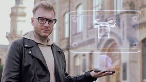Den smarta unga mannen med exponeringsglas visar ett begreppsmässigt hologramleveranssurr arkivfilmer