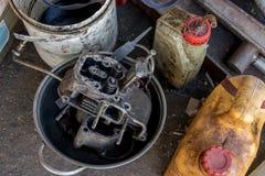 Den smutsiga dieselmotorn i aluminiumpanna med olja buteljerar - återanvända - tappninggaraget arkivbild