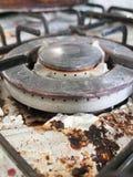 Den smutsiga och smutsiga och rostade överkanten av hoben för gasspis med bitnolla Arkivbilder