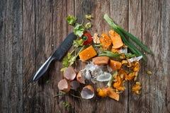 Den smutsiga plattan med fega köttben efter målet är färdig Royaltyfri Fotografi
