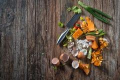 Den smutsiga plattan med fega köttben efter målet är färdig Royaltyfria Foton
