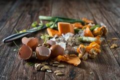 Den smutsiga plattan med fega köttben efter målet är färdig Royaltyfri Foto