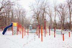 Den snöig barnlekplatsen i vinter parkerar i Kanada, Quebec Säkerhetsställe som spelar och som har den roliga yttersidan Royaltyfri Bild