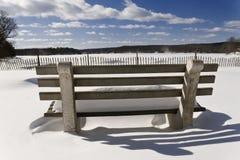 Den snöig stranden parkerar bänken Arkivbild