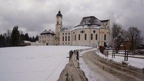 Den snöig vägen till wieskirche steingaden in bavaria arkivfoton