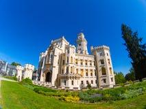 Den snövita slotten parkerar Tjeckien för Hlubokà ¡ nad Vltavou royaltyfri foto