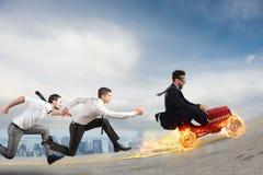 Den snabba affärsmannen med en bil segrar mot konkurrenterna Begrepp av framgång och konkurrens Arkivbild
