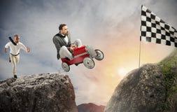 Den snabba affärsmannen med en bil segrar mot konkurrenterna Begrepp av framgång och konkurrens royaltyfria bilder
