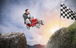 Den snabba affärsmannen med en bil segrar mot konkurrenterna Begrepp av framgång och konkurrens arkivbilder