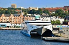 Den snabba färjan UTTRYCKER 2 av sändningsföretaget som Molslinjen förtöjas på pir i porten av Århus Danmark royaltyfria bilder