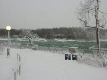 Den snabba iskalla floden i Niagara Falls parkerar fotografering för bildbyråer