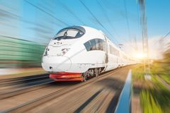Den snabba passageraren för det elektriska drevet rider på den hög hastigheten på järnvägsstationen i staden arkivfoto