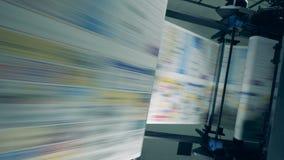 Den snabba utskrivande processen av tidskriften bar ut på en modern utskrivande maskin stock video