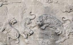 Den sned stenen av den kinesiska templet och tigerstatyn Royaltyfri Bild