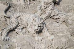 Den sned stenen av den kinesiska templet och tigerstatyn Arkivbilder
