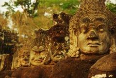 Den sned stenen heads på den forntida templet i Angkor Wat Arkivbilder