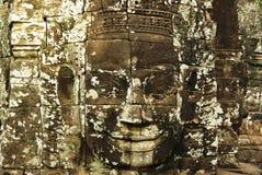 Den sned stenen vänder mot på den forntida templet i Angkor Wat, Cambodja Arkivbilder